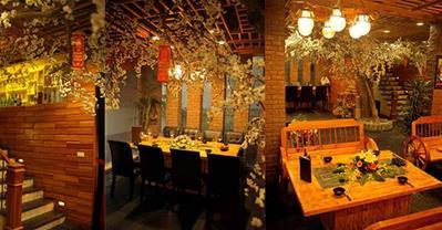 Chiêm ngưỡng bức họa từ gỗ và ánh sáng ở Moon BBQ