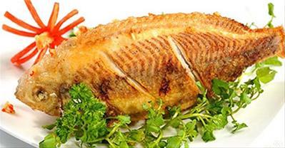 Mẹo chiên cá giòn thơm, không bắn mỡ, không dính chảo