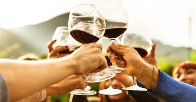 Tính phí khách mang đồ uống vào nhà hàng? Bao nhiêu là hợp lý